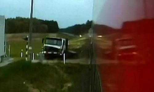 Jego kierowca zastawił ciężarówką przejazd kolejowy – teraz chce odszkodowania
