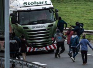 Imigranci wrzucają bele pod koła ciężarówek wCalais [Wideo]