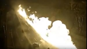 Płonąca ciężarówka zmiata z jezdni samochody osobowe