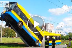Trolejbus stanął niemal pionowo po wypadku wCzechach