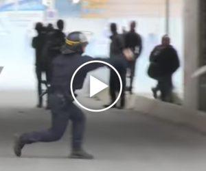 Francuska policja zaczyna radzić sobie zimigrantami? Użycie gazu łzawiącego.