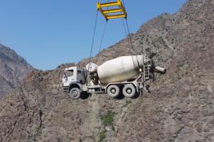 Jak szybko przetransportować beton na budowie tamy?