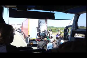 Kłopoty kierowców ciężarowych z imigrantami