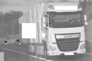 Zaczytany kierowca na autostradzie