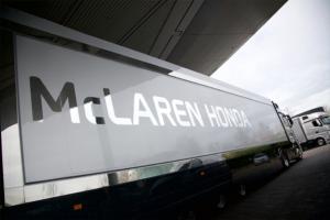 Ciężarówki McLaren-Honda i oleje Mobil Delvac 1 przygotowania do sezonu F1