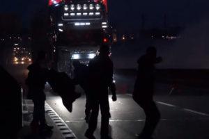Buldożery w Calais, imigranci atakują ciężarówki