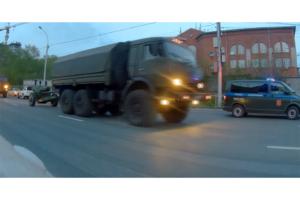 Kierowca ciężarówki gubi haubicę