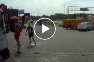 Wielka bójka na parkingu – komuś puściły nerwy!