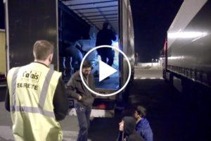 Kierowca opowiada o imigrantach w swojej naczepie i pokazuje wyciąganie ich przez policję