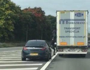 Imigranci wyskakują z polskiej ciężarówki