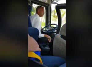 Kierowca autobusu pieści skrzynię biegów