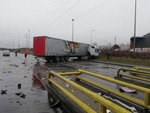Pijany kierowca ciężarówki staranował bramki na A2