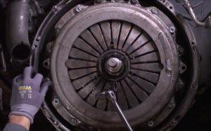 Instruktaż wymiany sprzęgła w ciężarówce