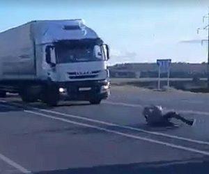 Przerażające zabawy pod kołami ciężarówek