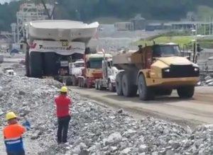 Gigantyczna wywrotka holowana przez 4 ciężarówki
