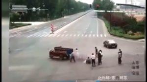 Uciekający dostawczak atakuje [film]