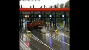 Driftem w bramki autostradowe [film]