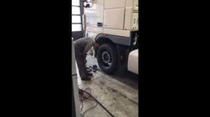 Młody mechanik kontra wymiana koła [Film]