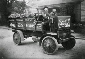 Tak zmieniały się ciężarówki Coca-Coli przez 50 lat [FILM]