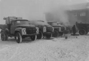 W latach 60′ ciężarówki zimą odpalano… ogniem [FILM]