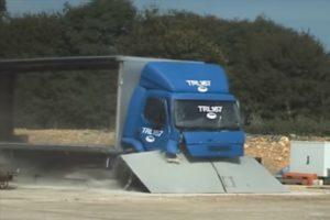 Testują bariery ochronne na ciężarówkach [FILM]