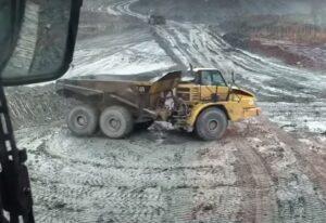 Driftuje ciężarówką w kamieniołomie [FILM]