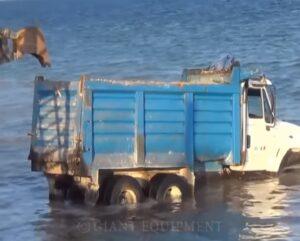 Utknął ciężarówką w morzu [FILM]