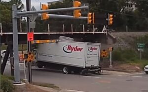 Kompilacja zderzeń ciężarówek z mostem [FILM]