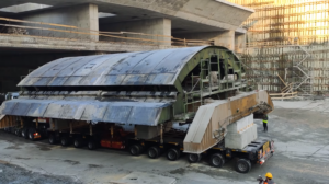Cofanie ze 100-tonową konstrukcją na pace [FILM]