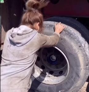 Pani mechanik wymienia łożysko koła w dużym [FILM]