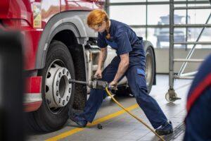 Kobieta mechanik w serwisie pojazdów ciężarowych