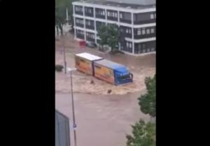 Ciężarówka jechała przez zalane ulice