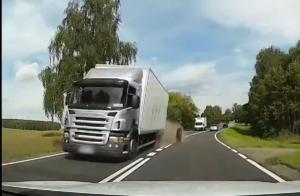 Urwane koło ciężarówki uderza w osobówkę